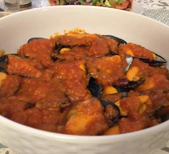Mejillones al vapor con salsa de tomate picante