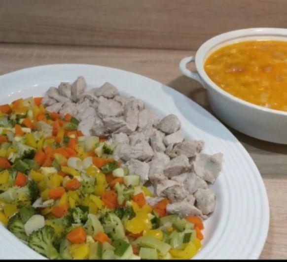 Sopa de ajo y verduras al vapor y pavo
