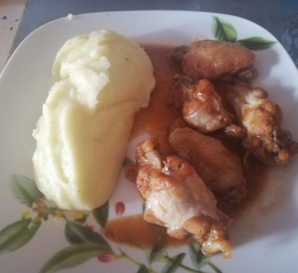 Alitas de pollo con salsa de soja, miel y limón.
